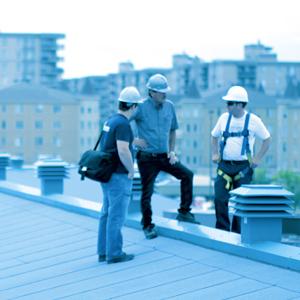 Men on an industrial roofs | Hommes sur un toit industriel